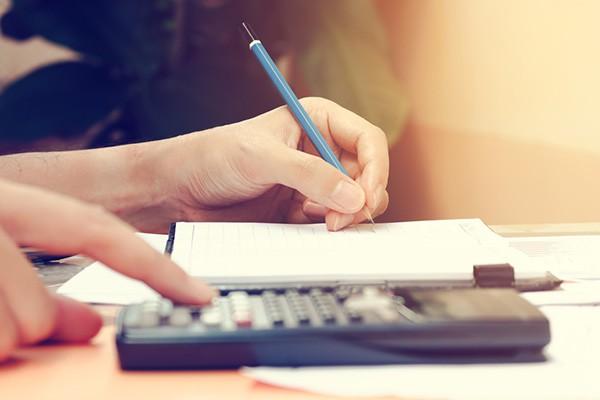 Jak skutecznie zarządzać domowym budżetem: 4 kroki do beztroskiej przyszłości