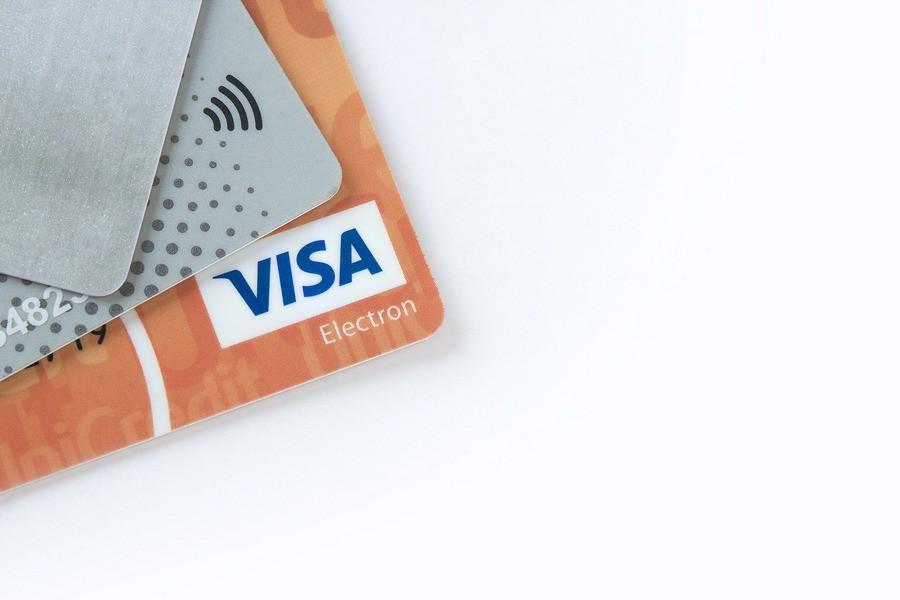 Jak płacić kartą debetową w Internecie?