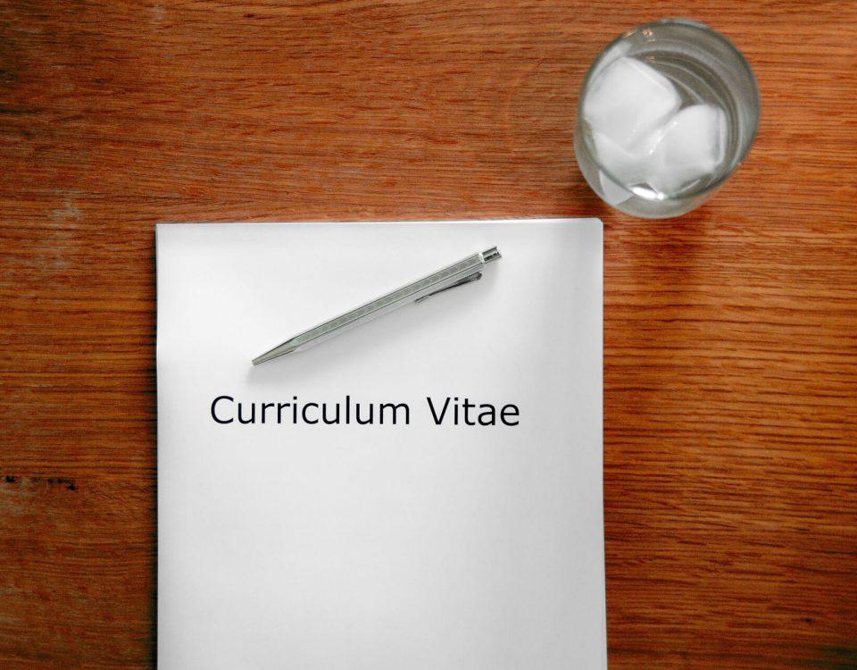 8 praktycznych porad, jak napisać pierwsze CV